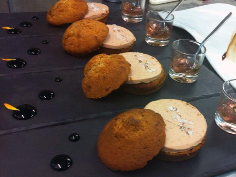 Micuit de foie hecho en casa, en pan de especias y mermelada de violetas.