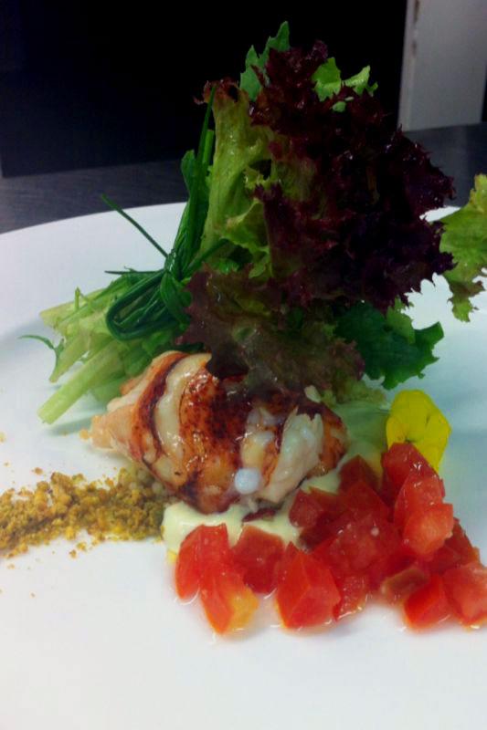 Ensalada de bogavante con tabule de citrícos y tartar de tomate.