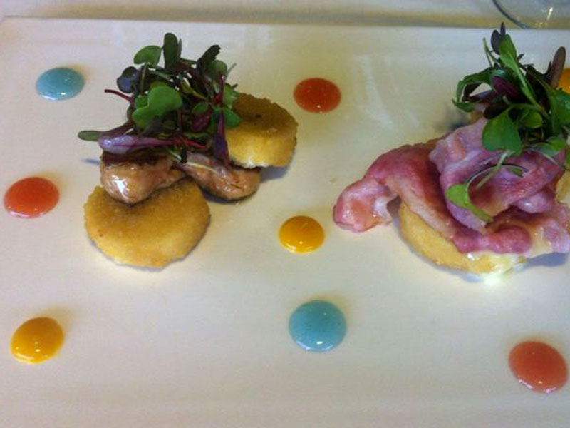 Ensalada de queso, foie-grass y queso con mermeladas de mango, violeta y tomate.