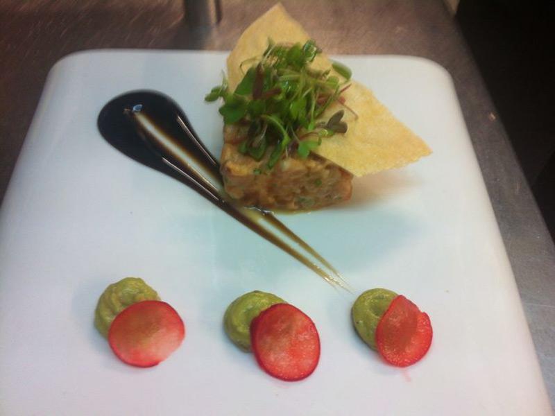 Falso sashimi de salmón ahumado y cangrejo real.